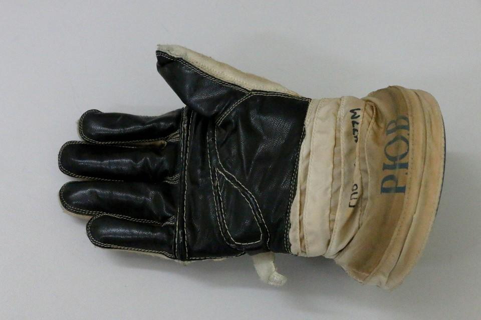 Перчатка Юрия Романенко.