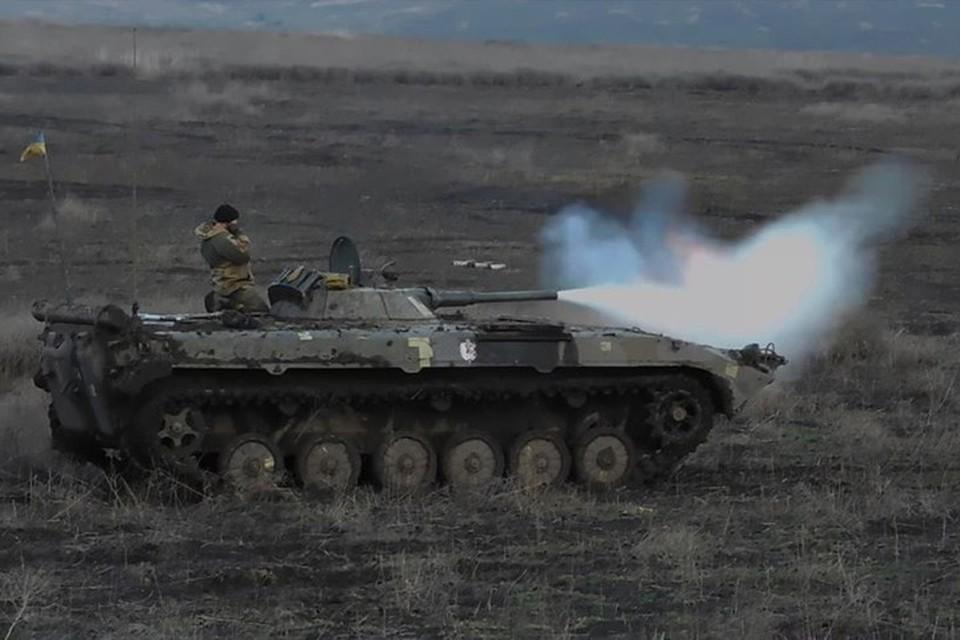 По ЛЭП в Васильевке украинские каратели прицельно били из пушек БМП-2. Фото: Пресс-центр штаба ООС