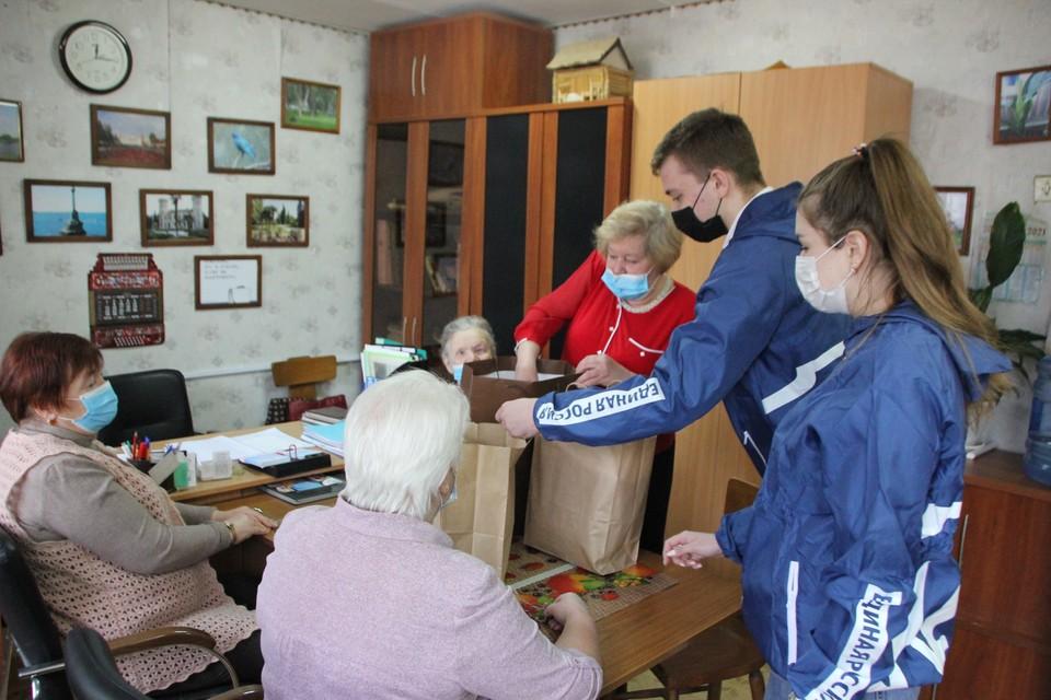 Более года представители команды «Молодой Гвардии» помогают жителям региона, нуждающимся в поддержке.