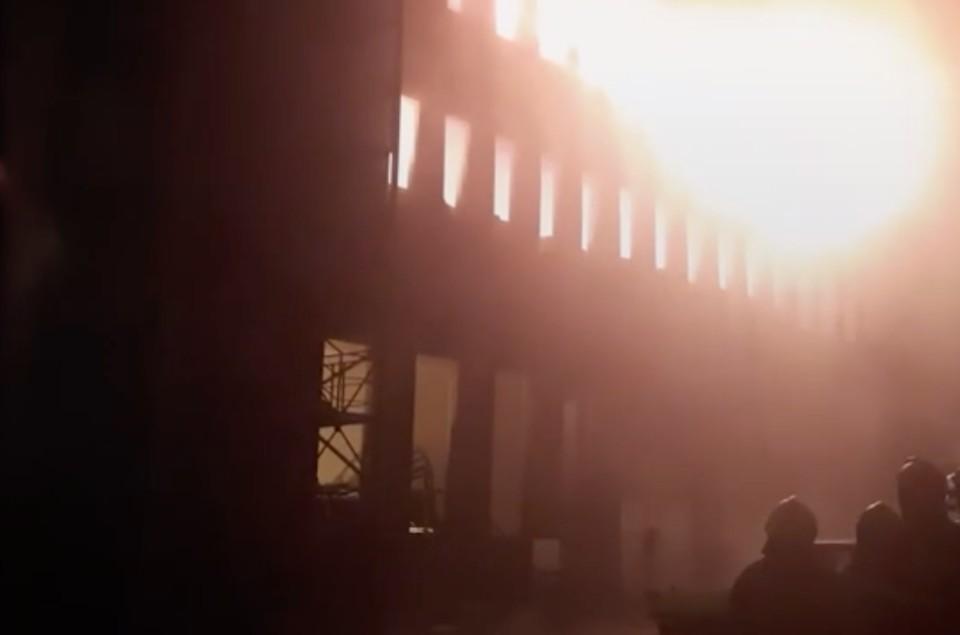 В Люберцах горит склад бытовой химии, есть опасность обрушения. Фото: скриншот видео.