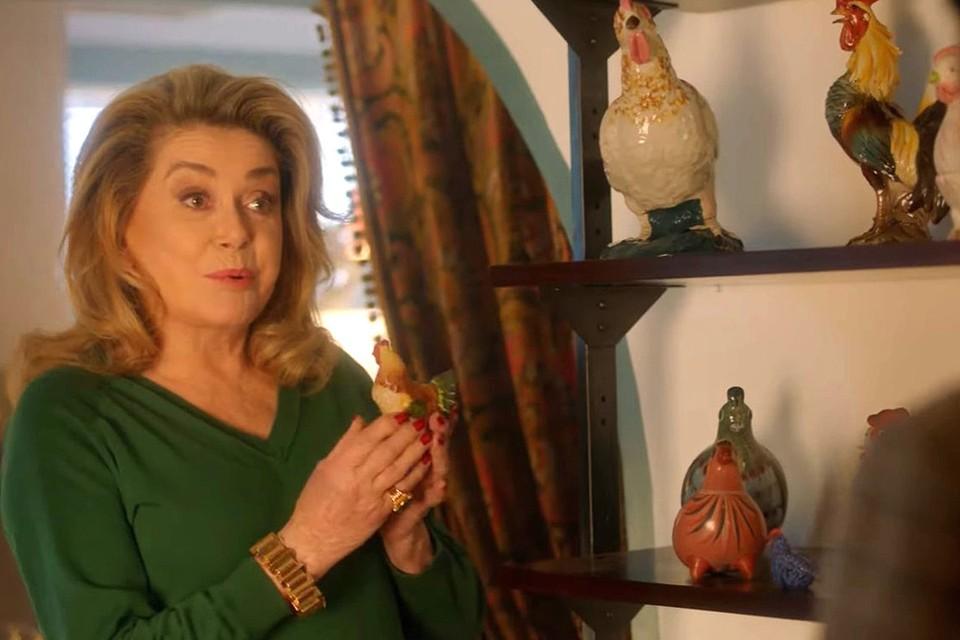 Актриса многие годы коллекционирует фарфоровые статуэтки куриц, петухов и цыплят, покупая их на различных сайтах или блошиных рынках.