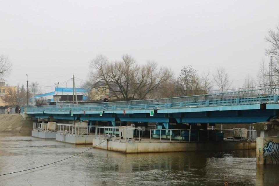 В Брянске из-за половодья для автомобилей закрыли понтонный мост.