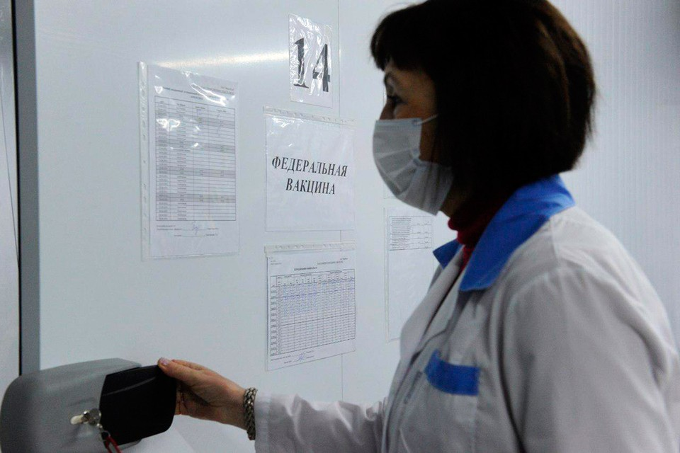 В Санкт-Петербург прибыла первая партия новой вакцины от коронавируса «ЭпиВакКорона».