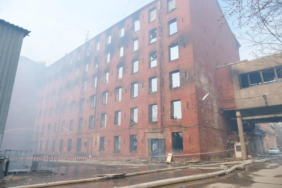 """Роспотребнадзор проверил, загрязнился ли воздух в районе пожара в здании """"Невской мануфактуры""""."""