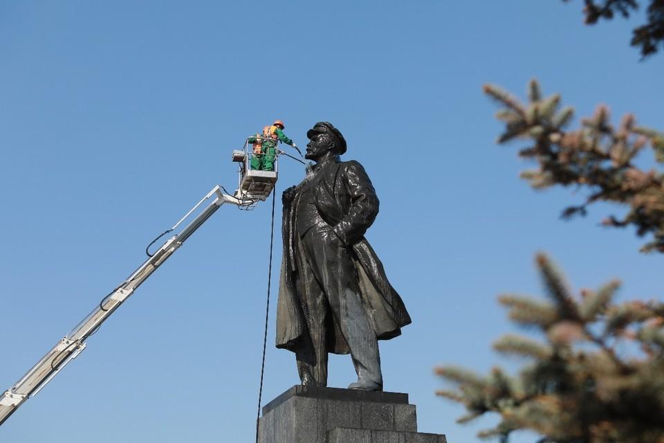 В Красноярске помоют памятник Ленину на площади Революции