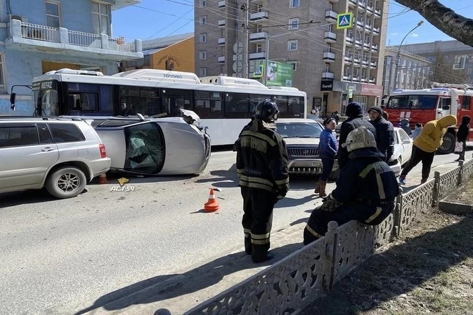 """Появилось видео массового ДТП, произошедшего в Новосибирске днем 20 апреля. Фото: """"АСТ-54"""""""