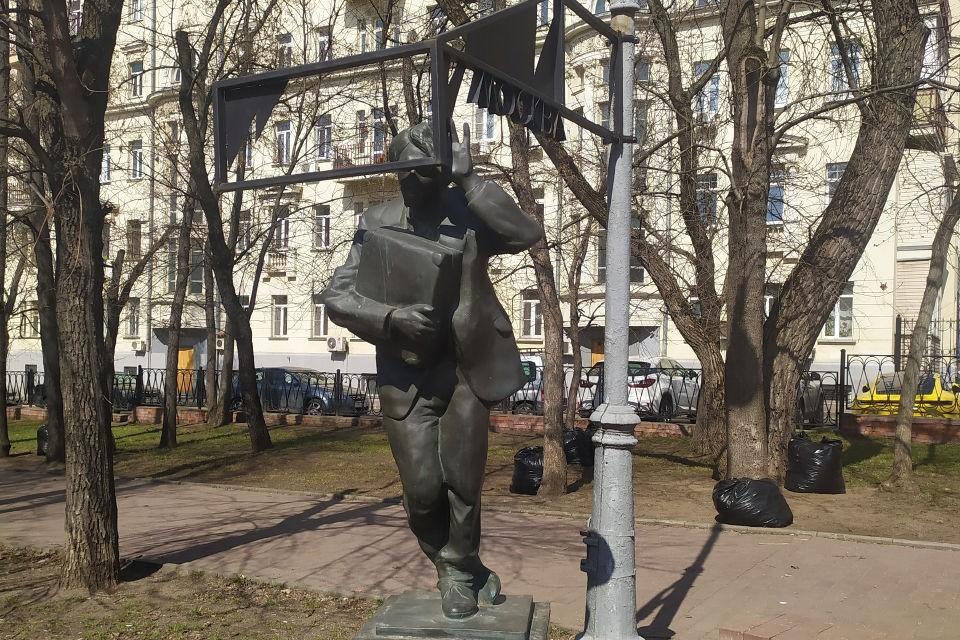 Поставили монумент в 2000 году, через десять лет после смерти Венедикта Ерофеева.
