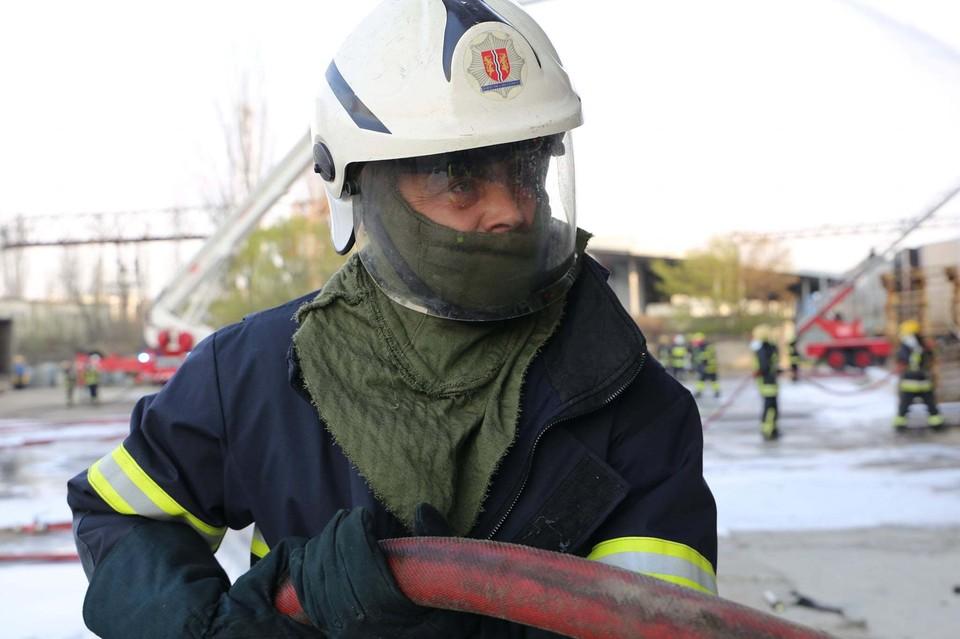 Пожарные почти сутки боролись с огнем в Кишиневе. Фото: МЧС