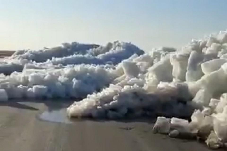 Весь берег водоема усеян глыбами льда
