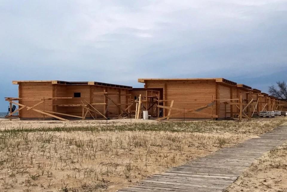 Такие деревянные домики появились на некогда диком пляже поселка Витино