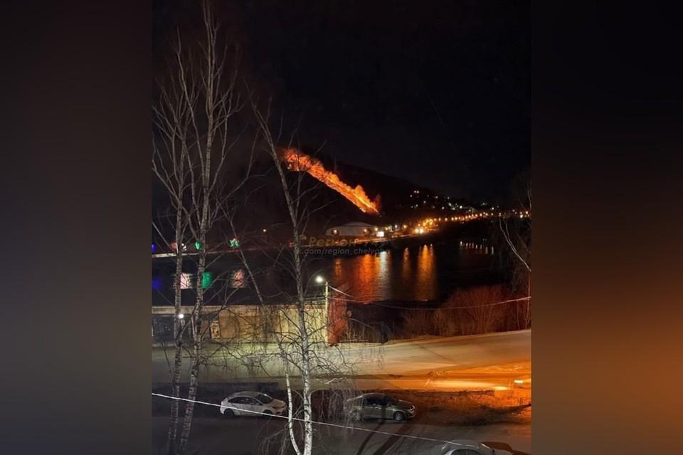 Пожар произошел вечером. Фото: Регион-74/ Vk.com