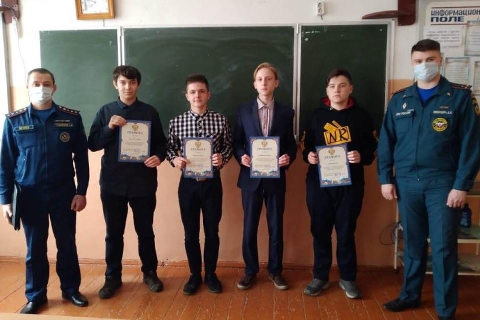 Школьников брянского Карачева наградили за помощь в тушении пожара.