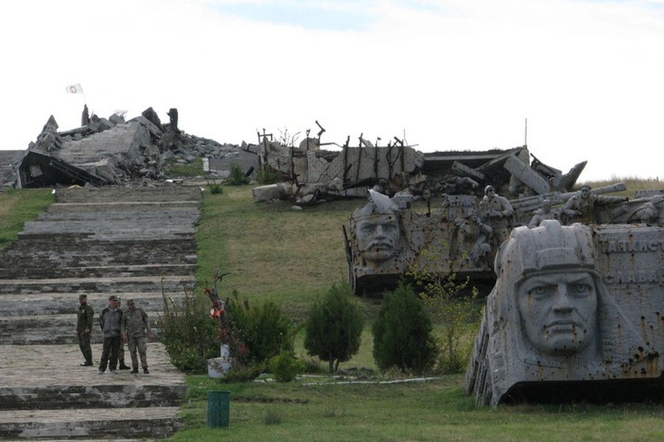 За все время обороны – с начала июня по 7 августа 2014 года в атаках на высоту было задействовано около 3 тысяч украинских силовиков. Во время боев армия киевского режима потеряла около 45 танков, ополченцы уничтожили до батальона иностранных наемников, погибло до тысячи украинских карателей