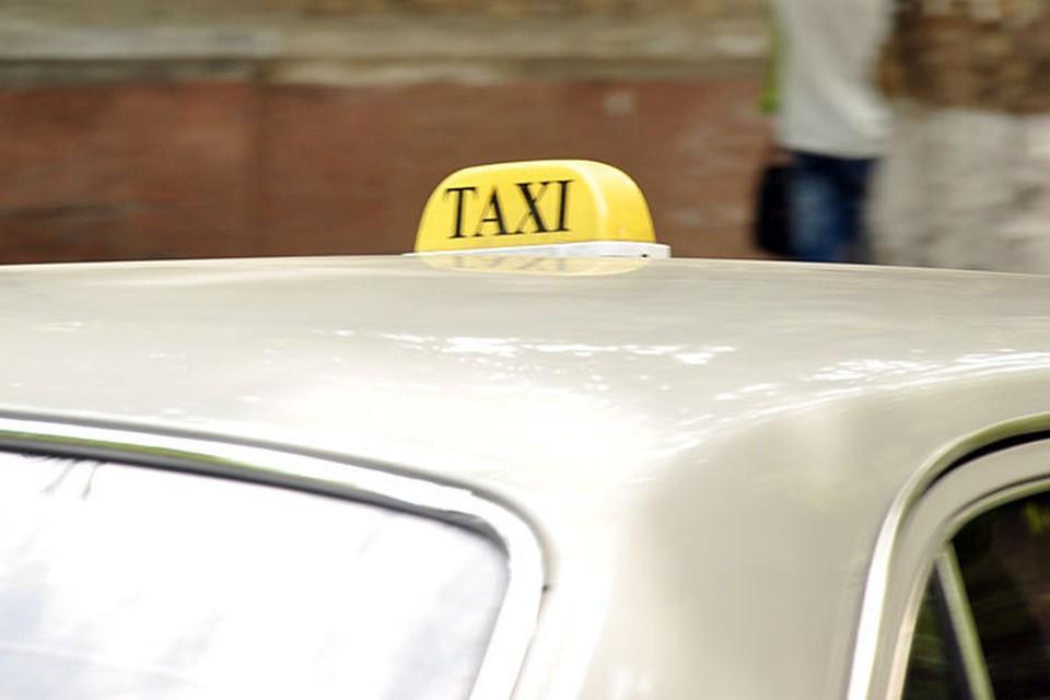 Пассажирка повредила машину такси.