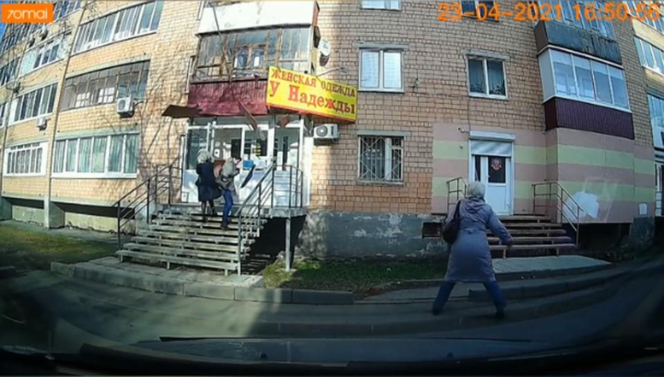 Обшивка с балкона обрушилась на головы двух женщин в Ижевске, Фото: скриншот видео очевидцев