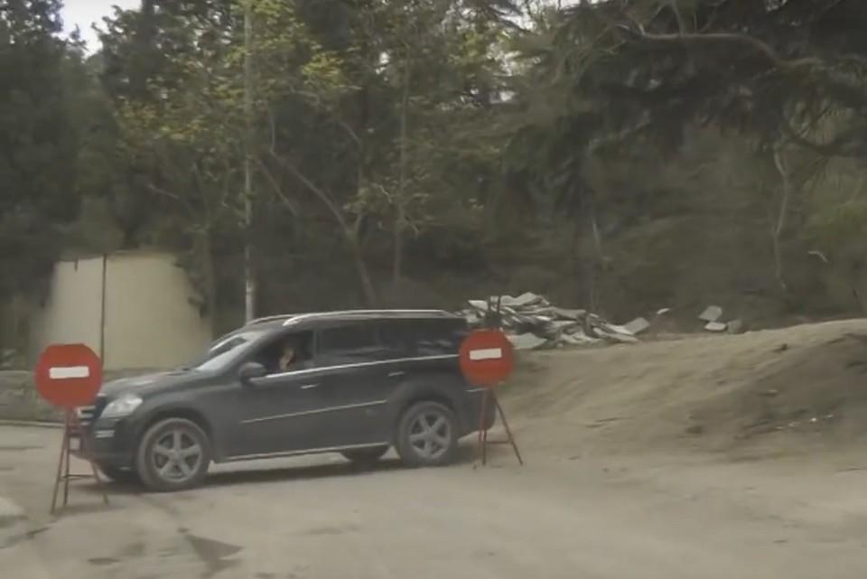 Туристы и местные крымчане на минувших выходных не могли проехать ко дворцу. Фото: скриншот из видео