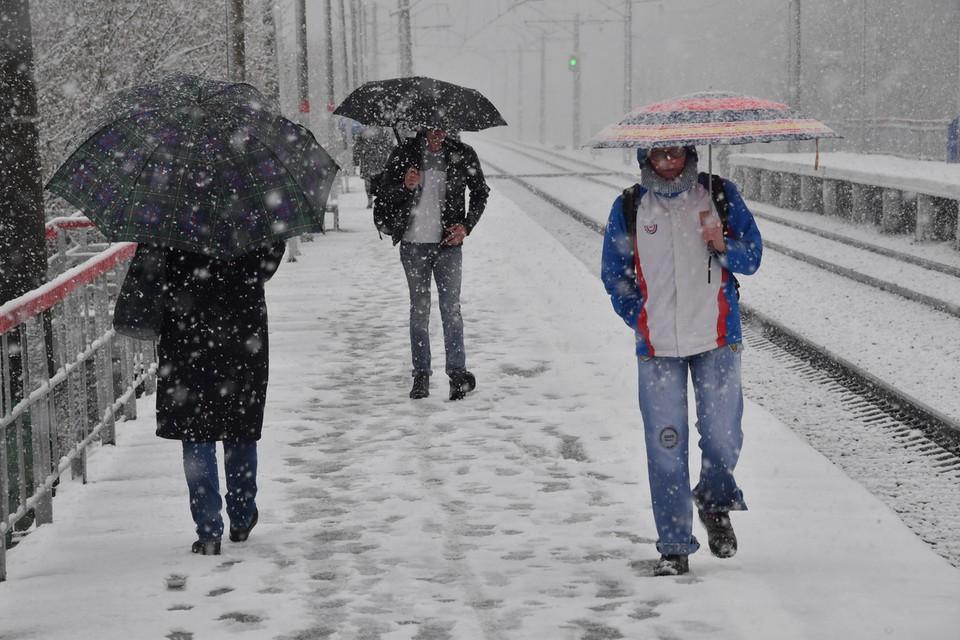 Уж май не за горами, а над Москвой кружатся хлопья снега.
