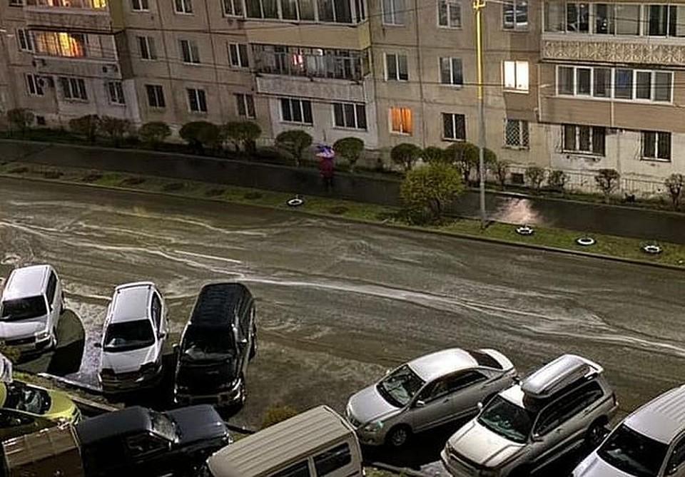 Белая пена на дороге привлекла внимание горожан. Фото: www.instagram.com/artem.news.plus