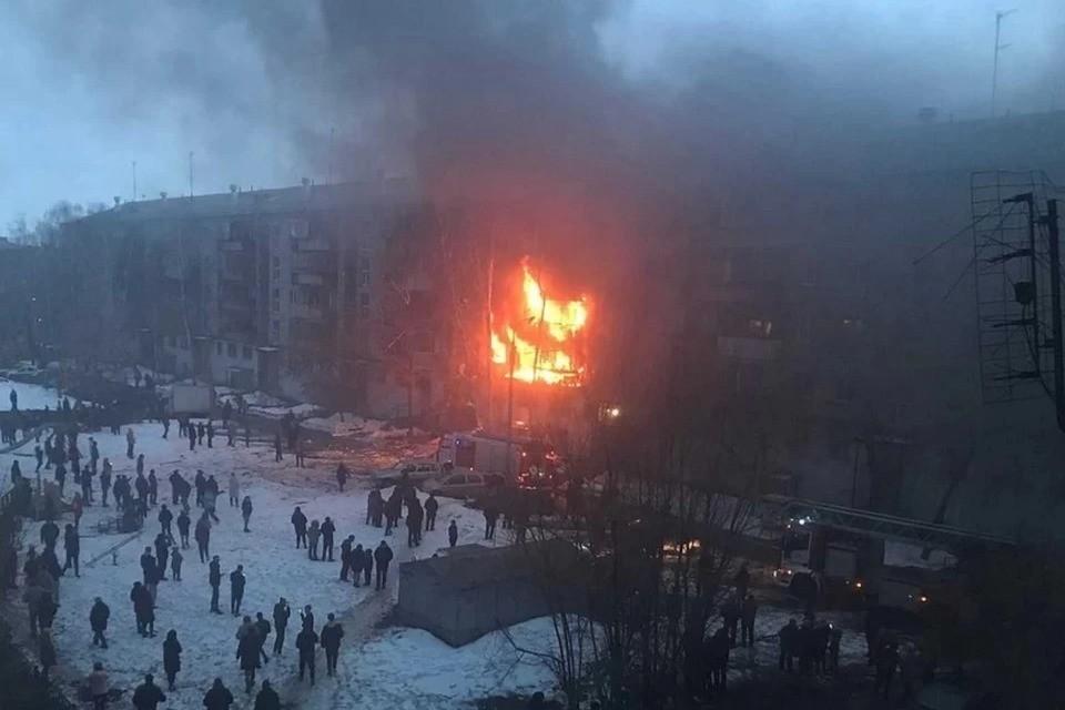 В огне оказались несколько квартир на разных этажах Фото: Чёрное&Белое Магнитогорск / vk.com