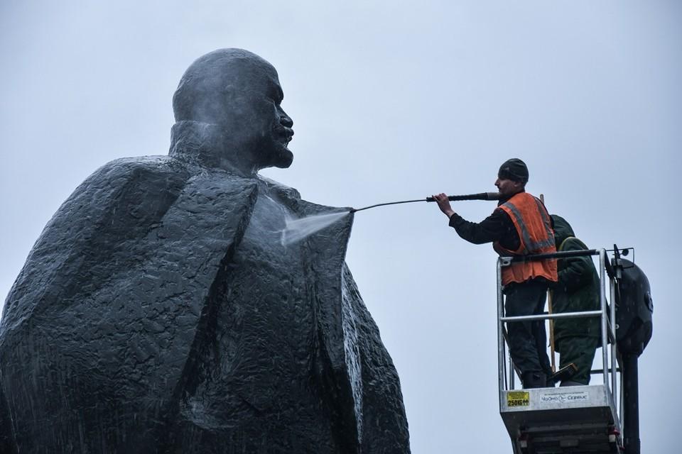 Памятник Ленину мыли при помощи автолестниц.