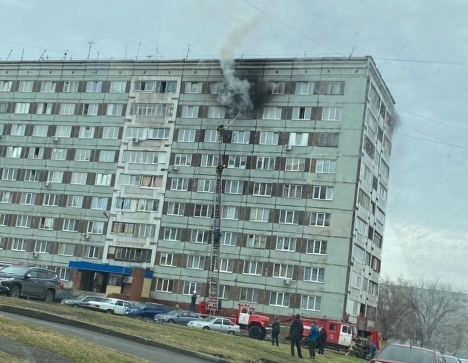 """В Кемерове произошел пожар в общежитие на бульваре Строителей. Фото: Инцидент Кемерово """"ВКонтакте""""."""