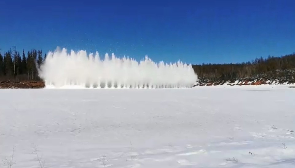 Спасатели взорвали лед на Нижней Тунгуске