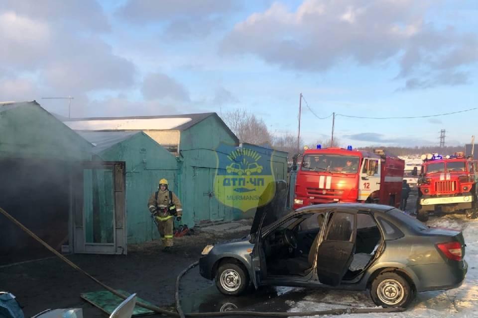 Пожар в Мурманске повредил два гаража. Фото: vk.com/murmansk_dtp