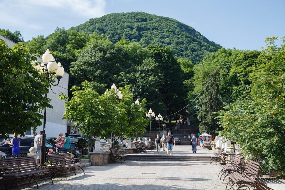 Отдыхающие на аллее в парке Железноводска