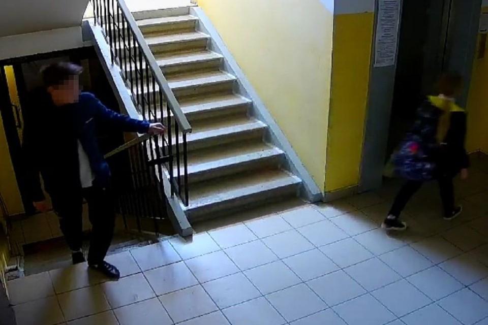 Подросток напал на маленькую девочку в подъезде. Фото представлено источником КП.