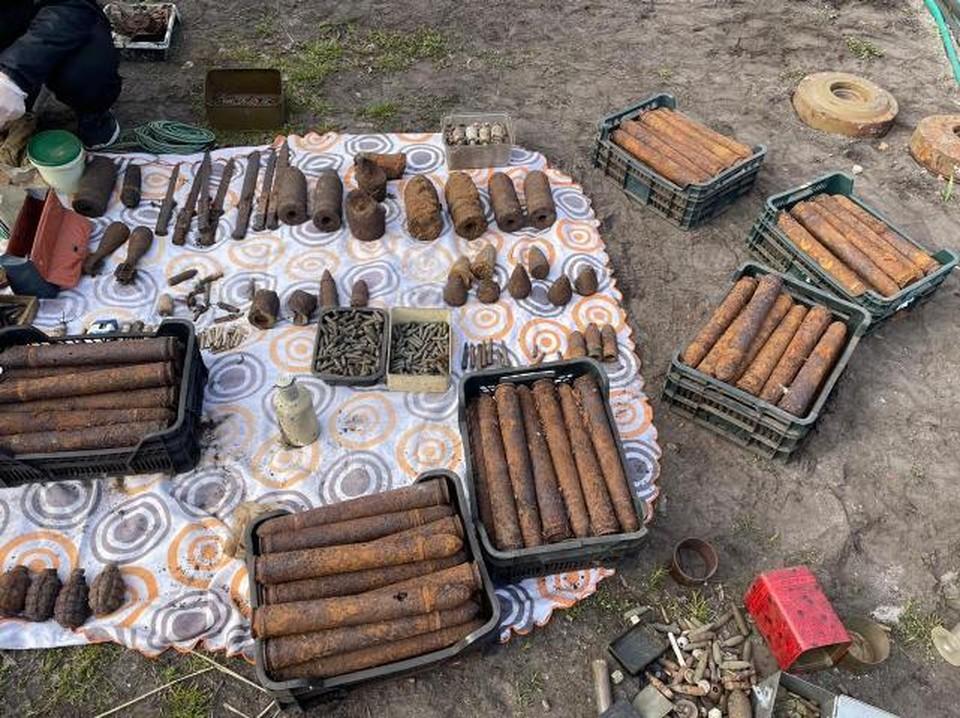 Снаряды из сарая вытаскивали ящиками.