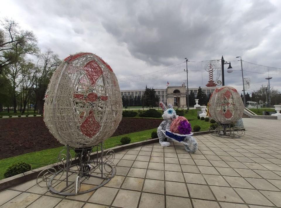 В сквере у Кафедрального собора в столице к приближающейся Пасхе были установлены праздничные инсталляции. Фото: Telegram (Ion Ceban)