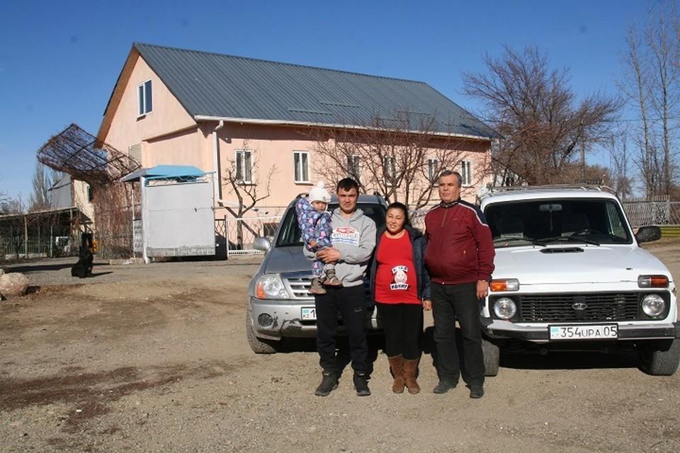 У родового дома Мулюковых Тахир с сыном Хайдаром на руках, Мадина и Гариф Аминович.