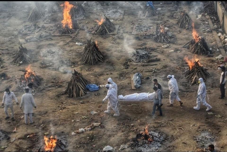 """В Индии настоящий """"ковидный шторм"""" с рекордами по больным и умершим в стуки."""