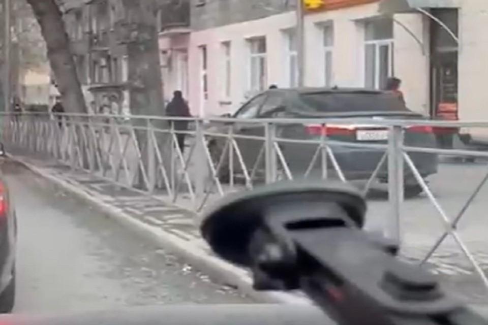 """Водитель """"Тойоты"""" преодолел пробку по тротуару. Фото: стоп-кадр."""