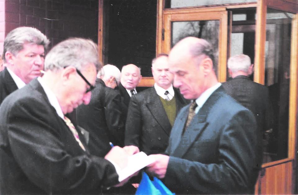 Академик В. Ф. Уткин подписывает Станиславу Кондрашову (справа) издание тезисов докладов 2–й Международной научно–технической конференции.