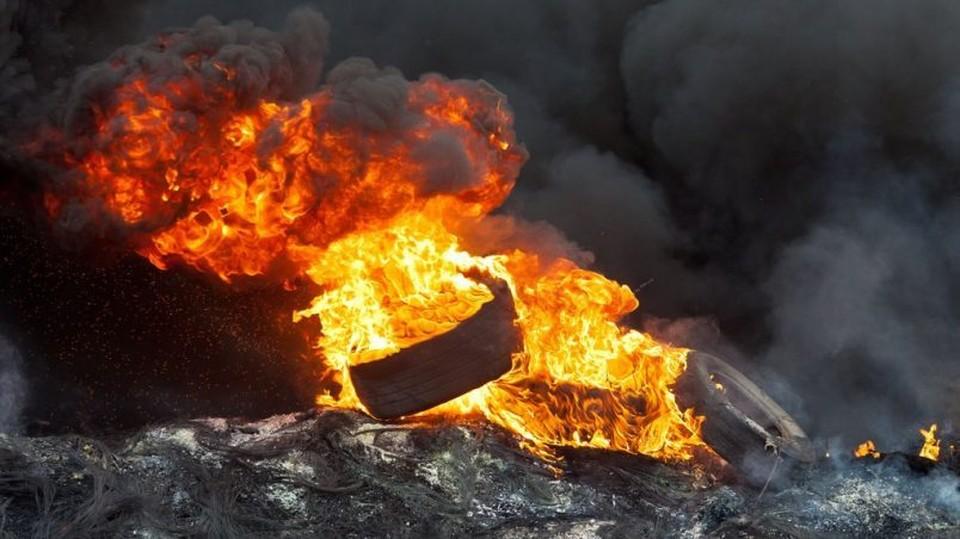При сжигании шин в атмосферу выделяется большое количество химикатов, которые могут вызывать у человека онкологические заболевания. Фото: соцсети