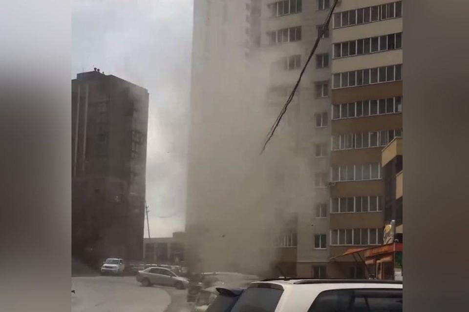Смерч поднялся в Дзержинском районе. Фото: Скриншот из видео.