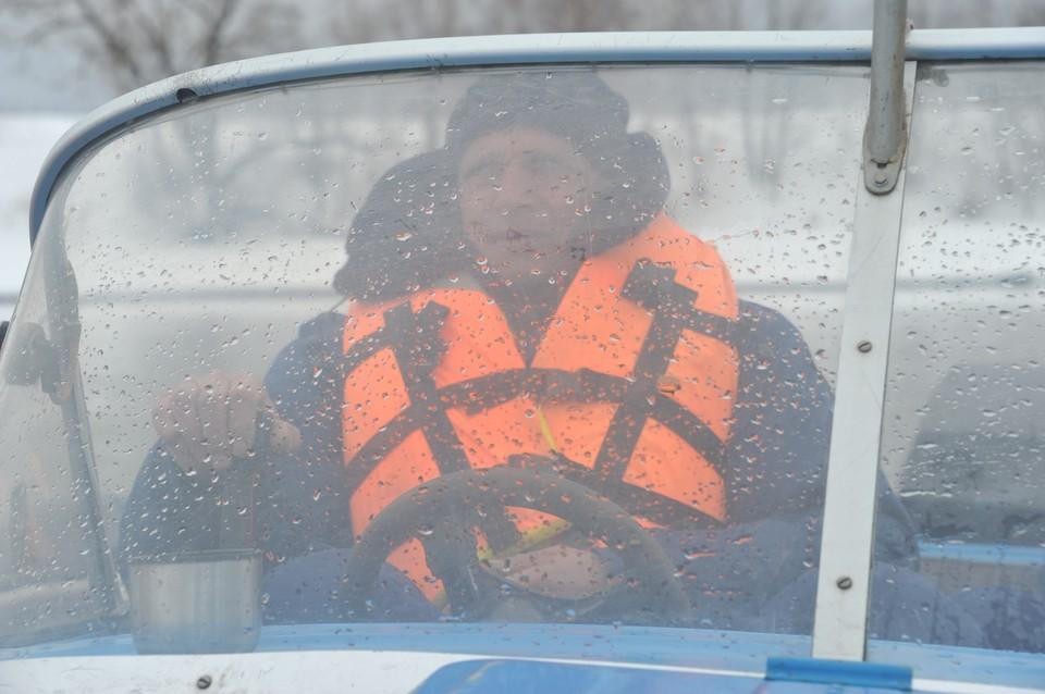 На поиски пропавших рыбаков отправились 36 человек.