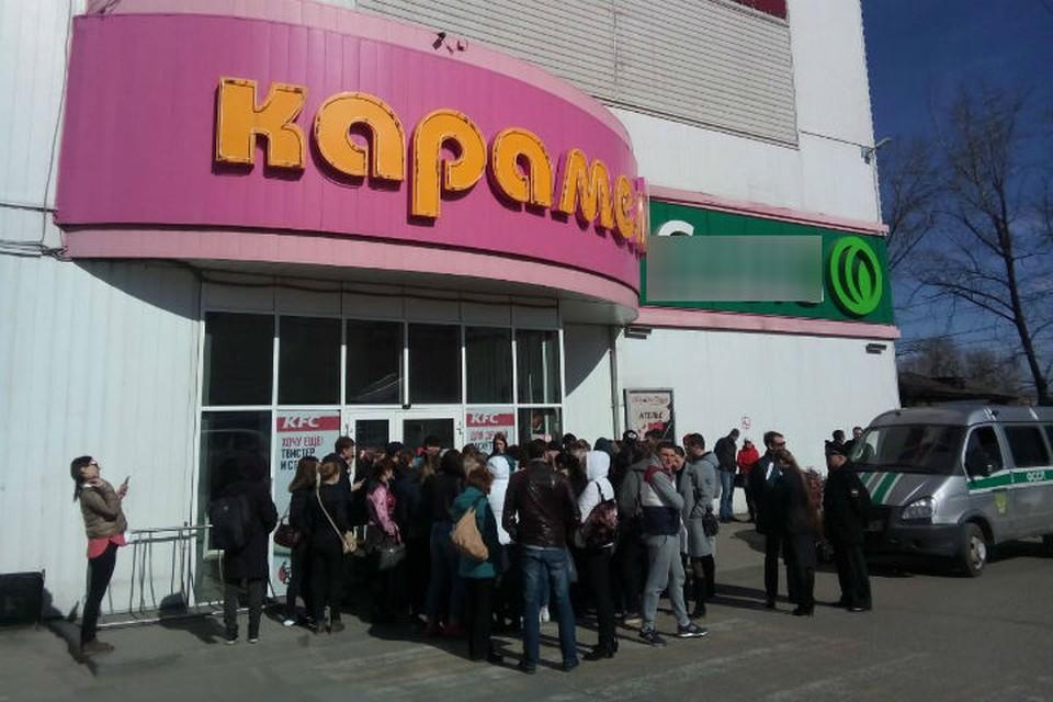 Более 700 человек эвакуировали из торгового центра «Карамель» в Иркутске