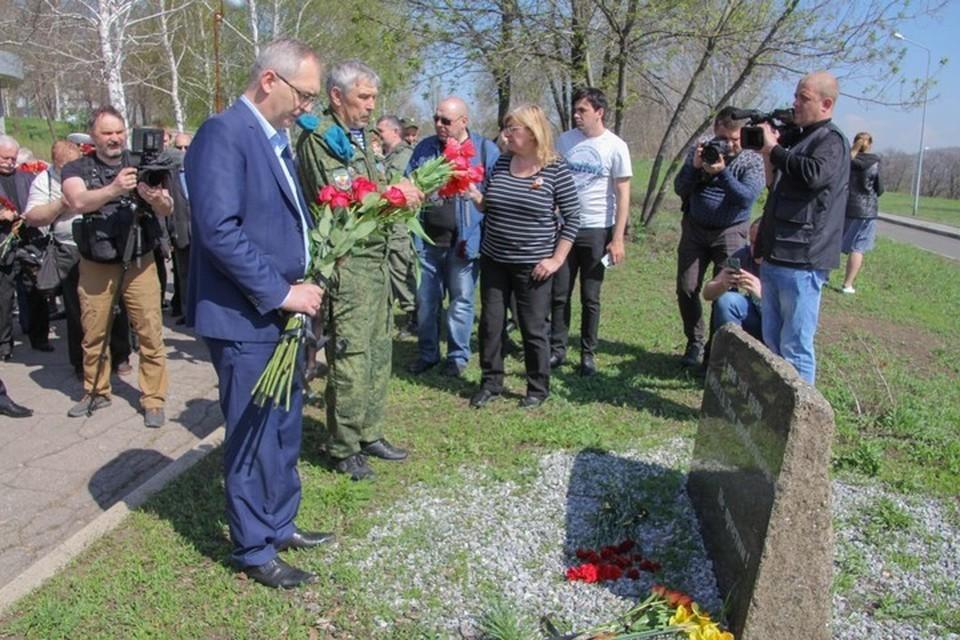 Владимир Бидевка (слева) возложил цветы к памятному знаку. Фото: dnrsovet.su
