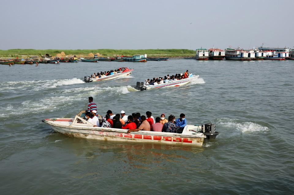 При столкновении лодки с баржей в Бангладеш погибли 25 человек