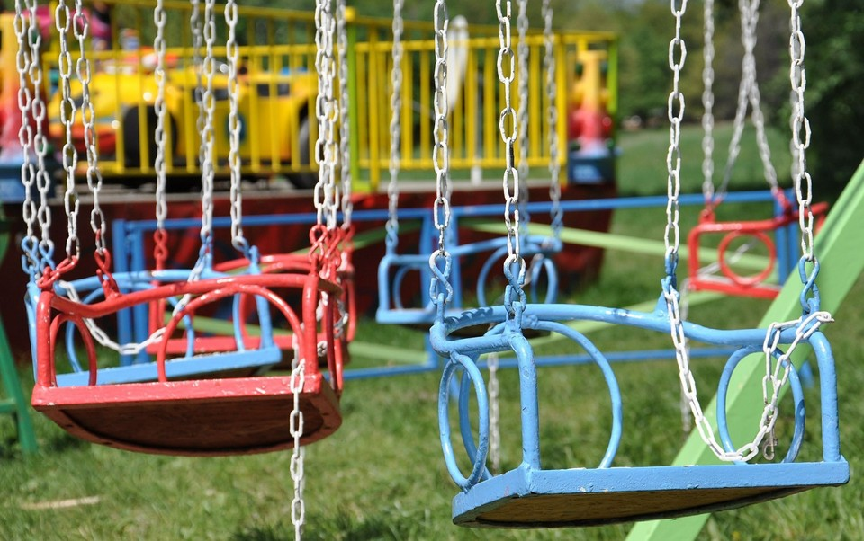 Восемь детей катались на качелях в парке отдыха и упали с них