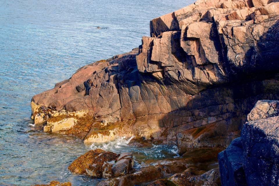 Информация, что со скалы в Териберке упал человек, не подтвердилась.