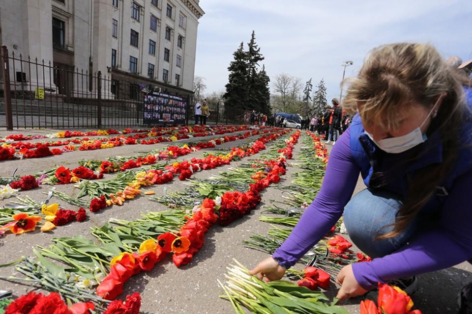 Количество букетов перед Домом Профсоюзов с каждым годом все больше. Фото: Александр Лесик