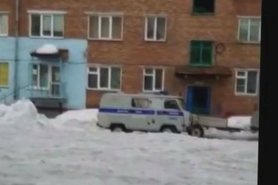 На севере Красноярского края тело умершего мужчины несколько дней пролежало в ванне с водой. Стоп-кадр видео