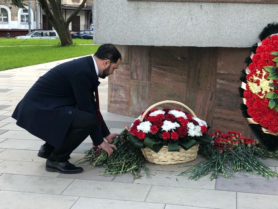 Ректор РХТУ почтил память героев ВОВ у памятника Маршалу Бирюзову. Фото: Полина Коник