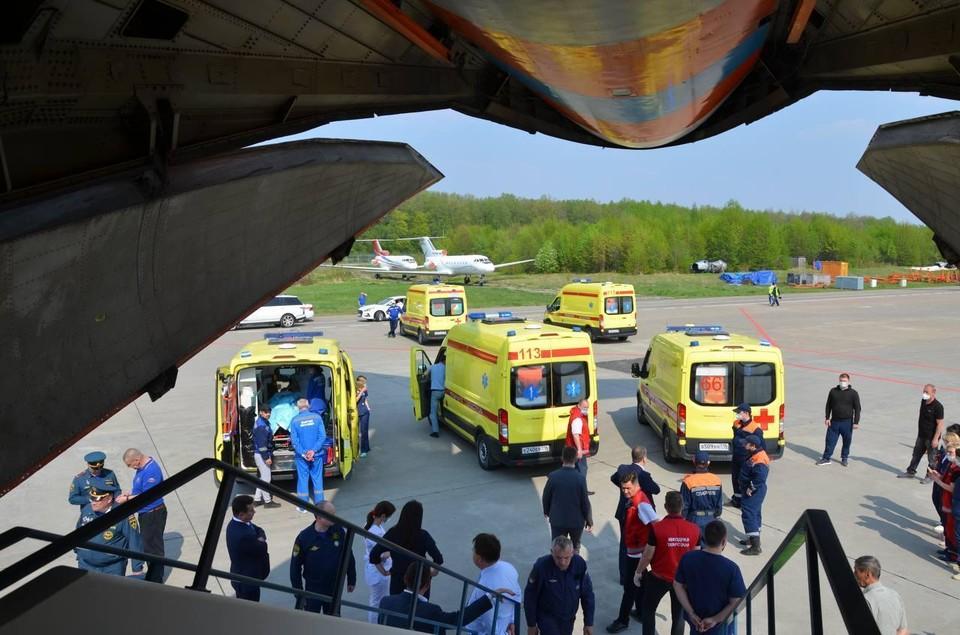 Воздушное судно оборудовано специальными медицинскими модулями для перевозки пострадавших.