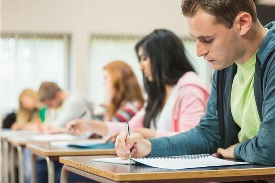 Кандидаты будут сдавать тесты в бакалаврских центрах, оснащенных камерами видеонаблюдения. Фото: соцсети