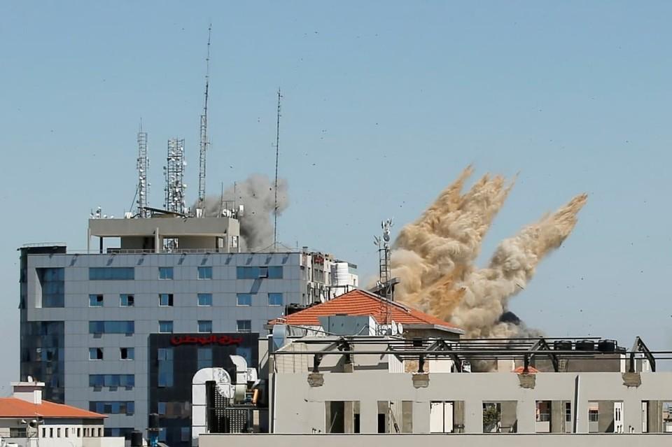 Одиннадцатиэтажное здание в Газе, где располагались офисы ряда мировых СМИ, апартаменты и коммерческие компании, было поражено четырьмя израильскими ракетами