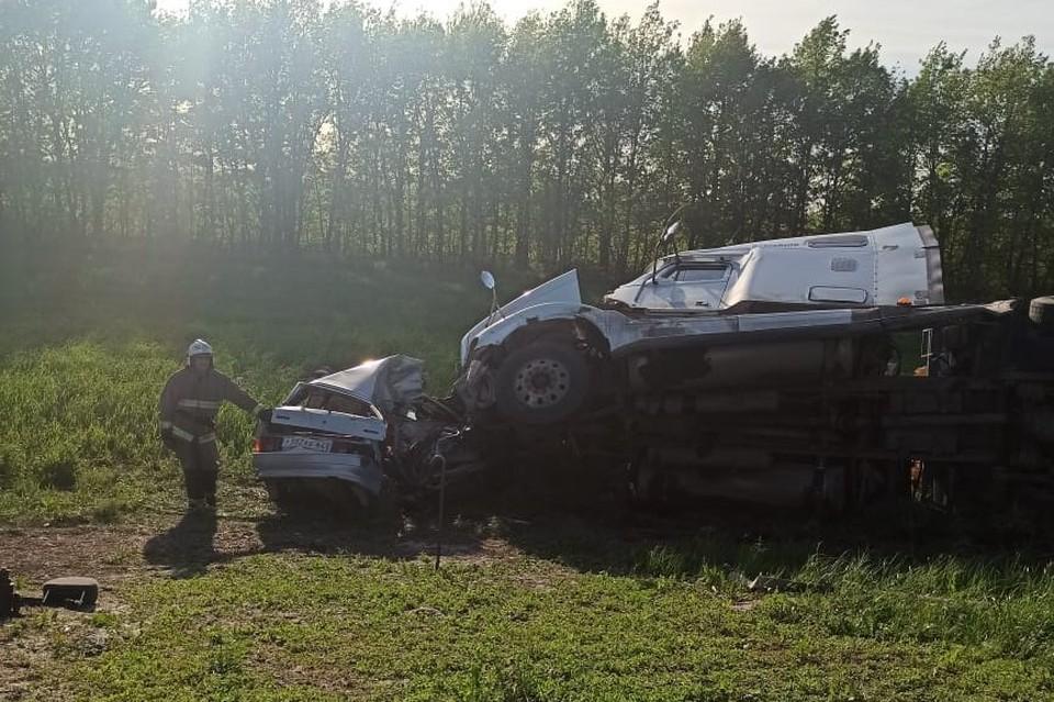 Легковушка столкнулась с грузовиком на саратовской трассе